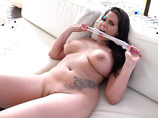 Simony Diamond has an amazing body and likes to play with sex toys