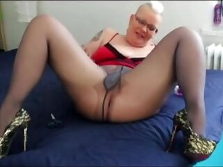 Homemade slutty pierced mature acquire a deep fisting from auser